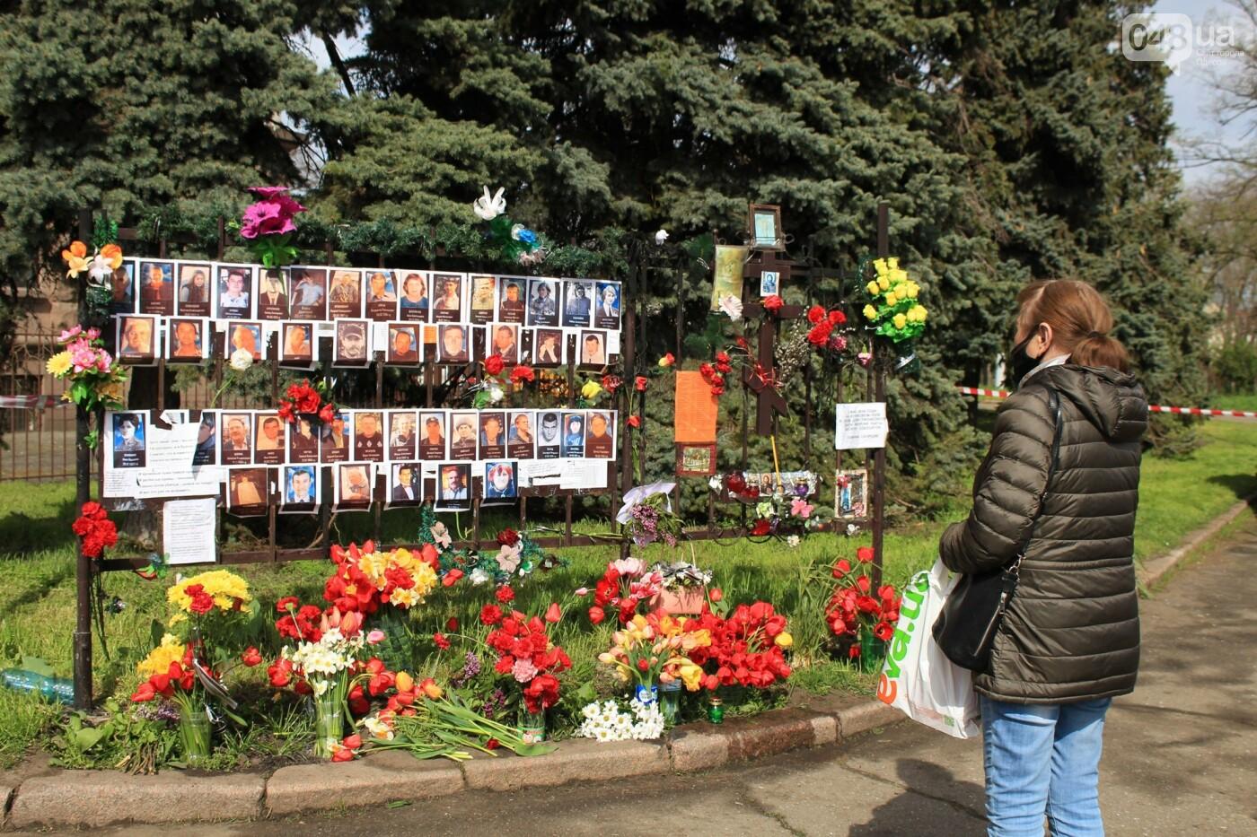 В Одессе к Дому профсоюзов несут цветы под присмотром полиции и медиков, - ФОТО, ВИДЕО , фото-20