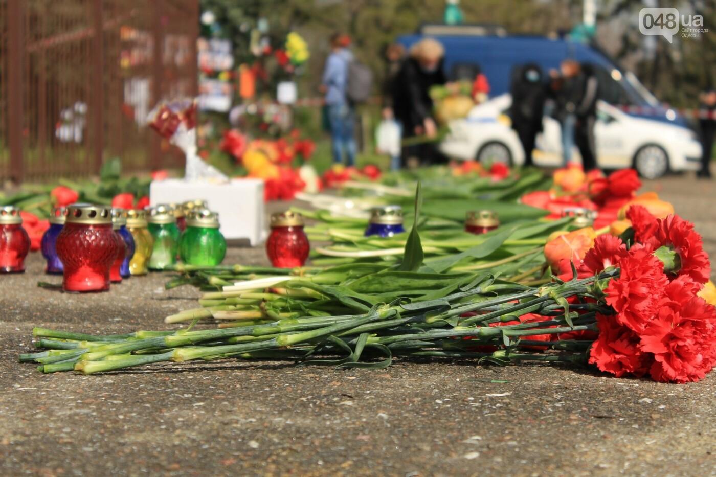 В Одессе к Дому профсоюзов несут цветы под присмотром полиции и медиков, - ФОТО, ВИДЕО , фото-21
