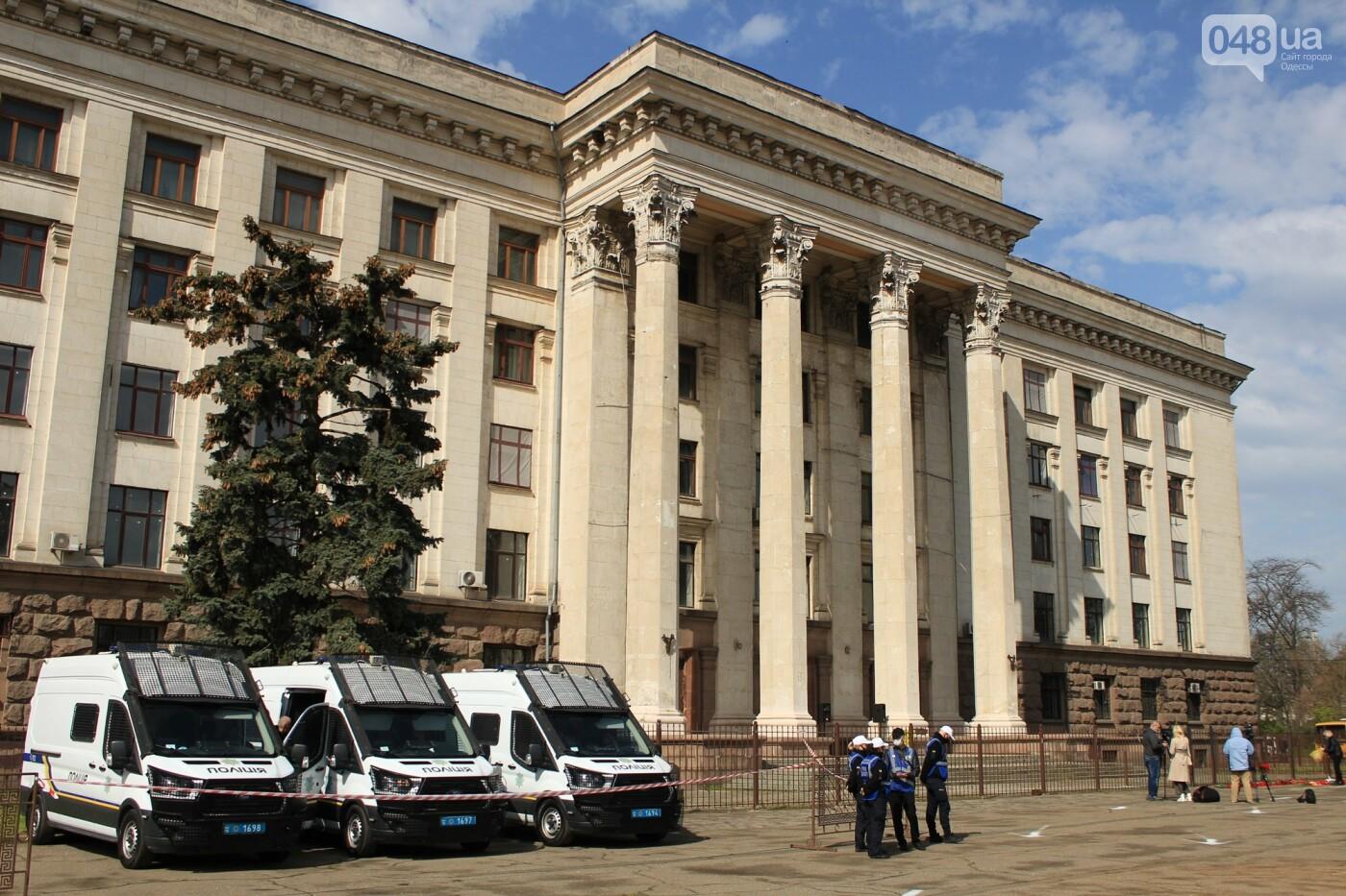 В Одессе к Дому профсоюзов несут цветы под присмотром полиции и медиков, - ФОТО, ВИДЕО , фото-22