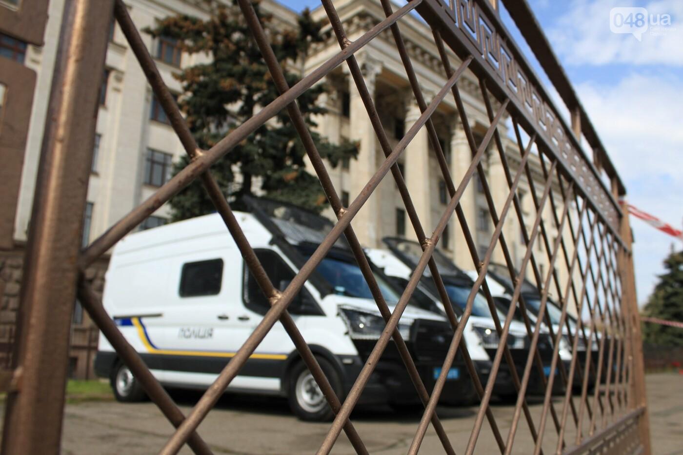 В Одессе к Дому профсоюзов несут цветы под присмотром полиции и медиков, - ФОТО, ВИДЕО , фото-23