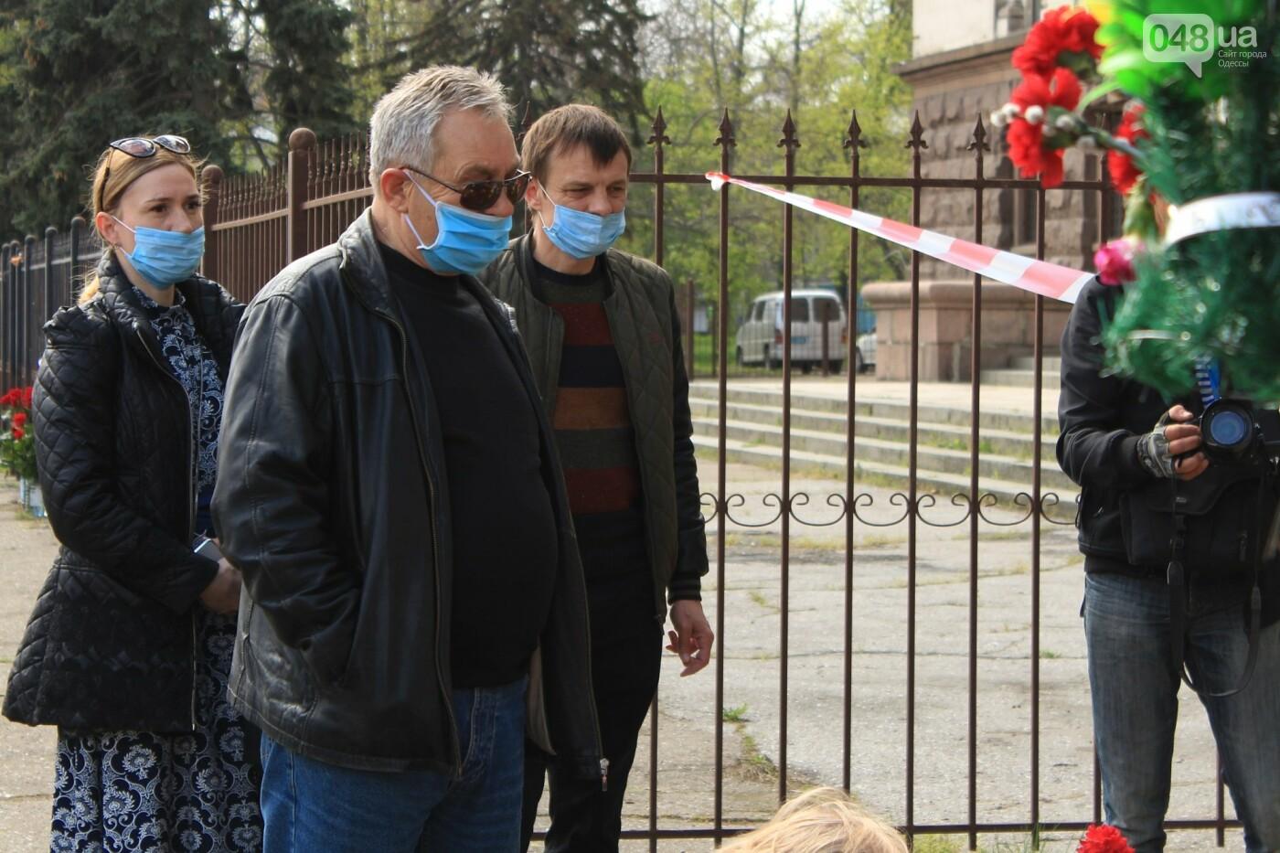 В Одессе к Дому профсоюзов несут цветы под присмотром полиции и медиков, - ФОТО, ВИДЕО , фото-26