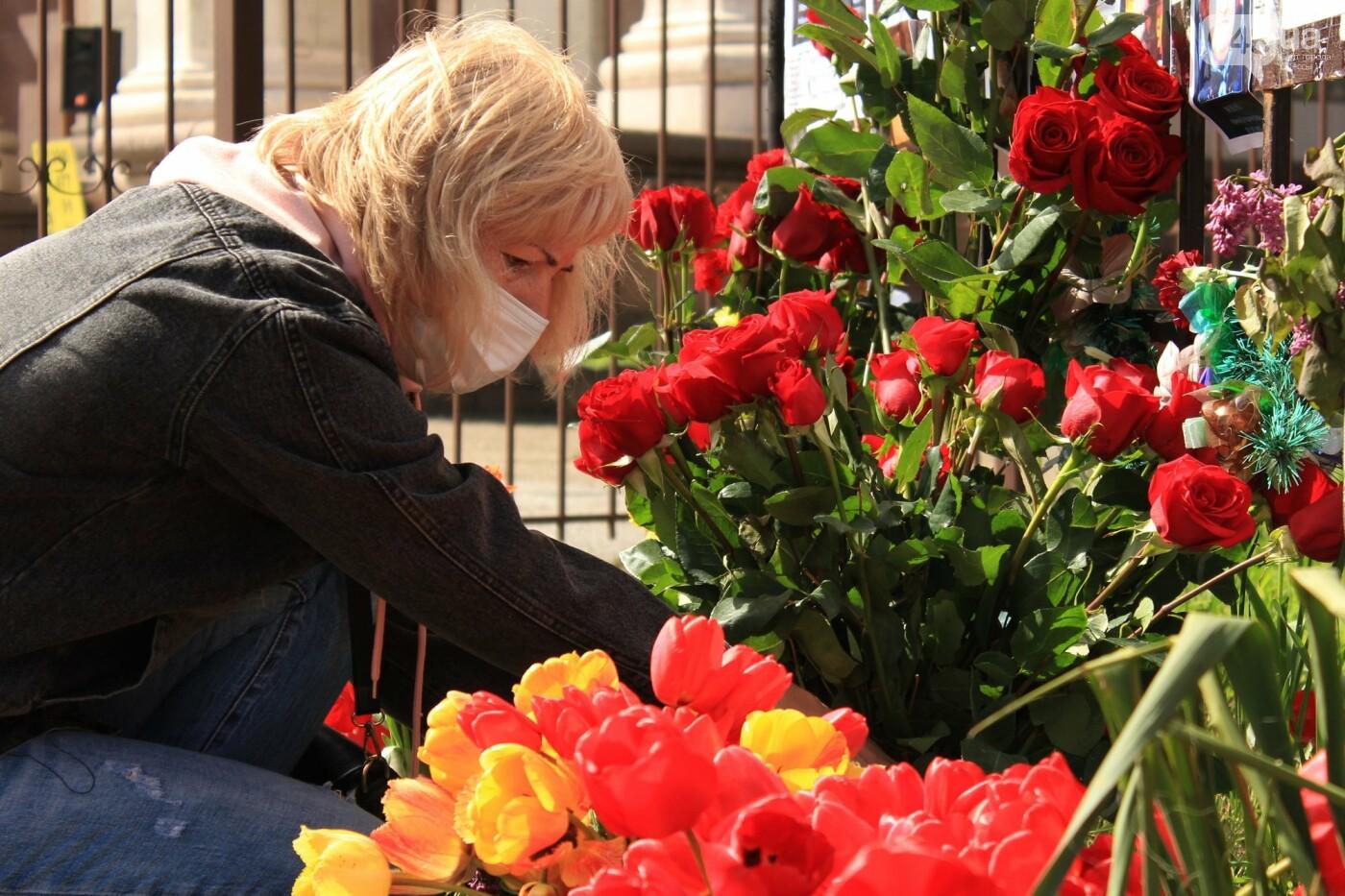В Одессе к Дому профсоюзов несут цветы под присмотром полиции и медиков, - ФОТО, ВИДЕО , фото-27