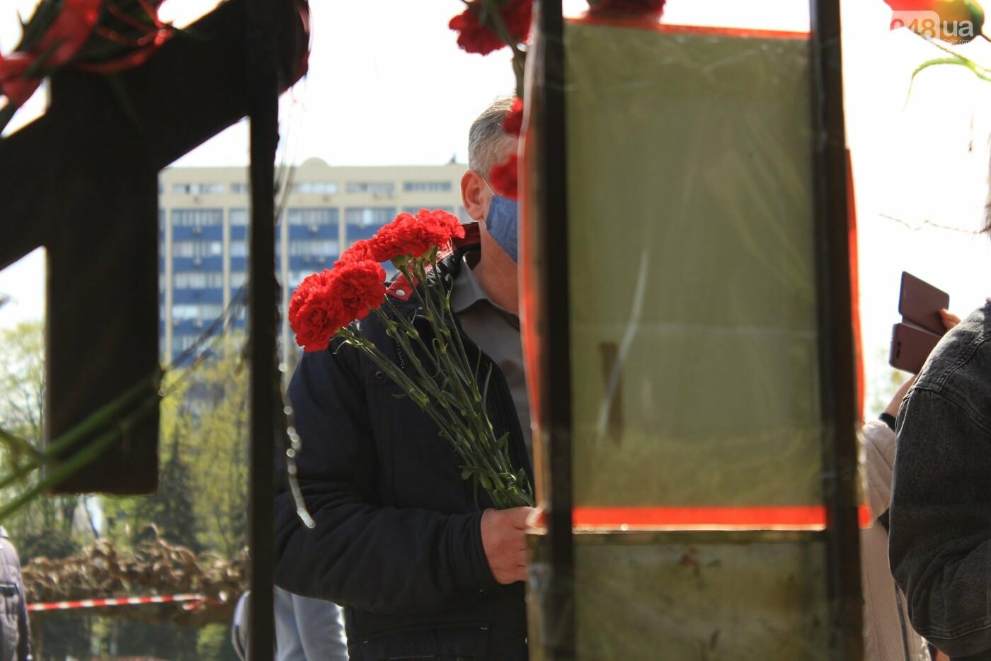 В Одессе к Дому профсоюзов несут цветы под присмотром полиции и медиков, - ФОТО, ВИДЕО , фото-28