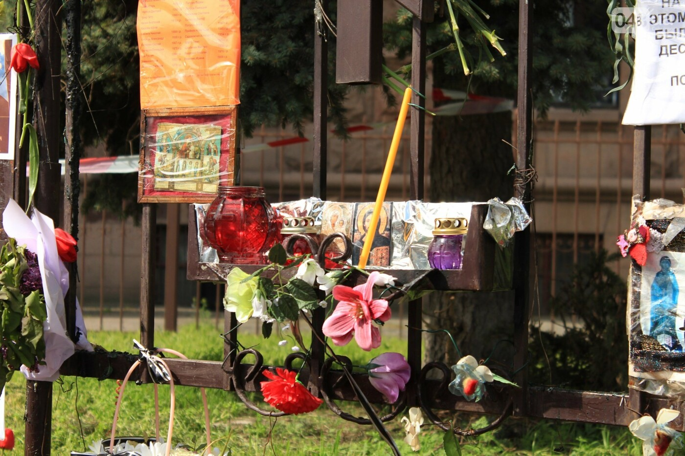 В Одессе к Дому профсоюзов несут цветы под присмотром полиции и медиков, - ФОТО, ВИДЕО , фото-29
