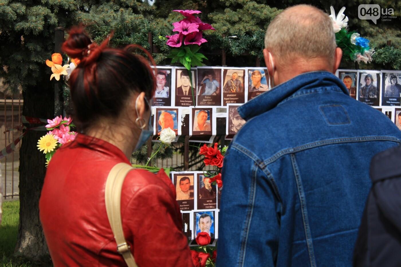 В Одессе к Дому профсоюзов несут цветы под присмотром полиции и медиков, - ФОТО, ВИДЕО , фото-30