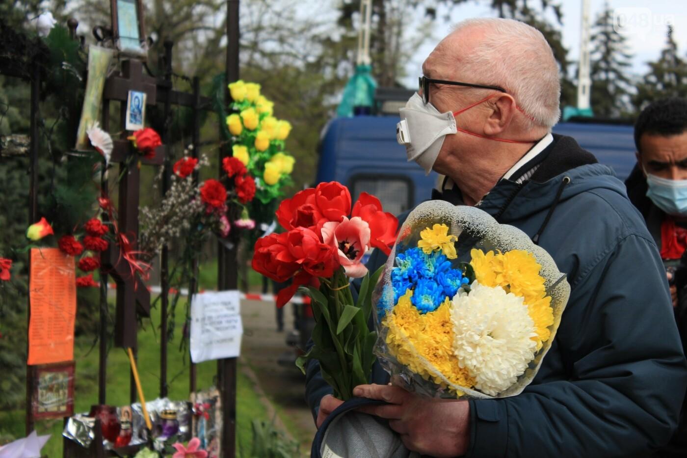 В Одессе к Дому профсоюзов несут цветы под присмотром полиции и медиков, - ФОТО, ВИДЕО , фото-31