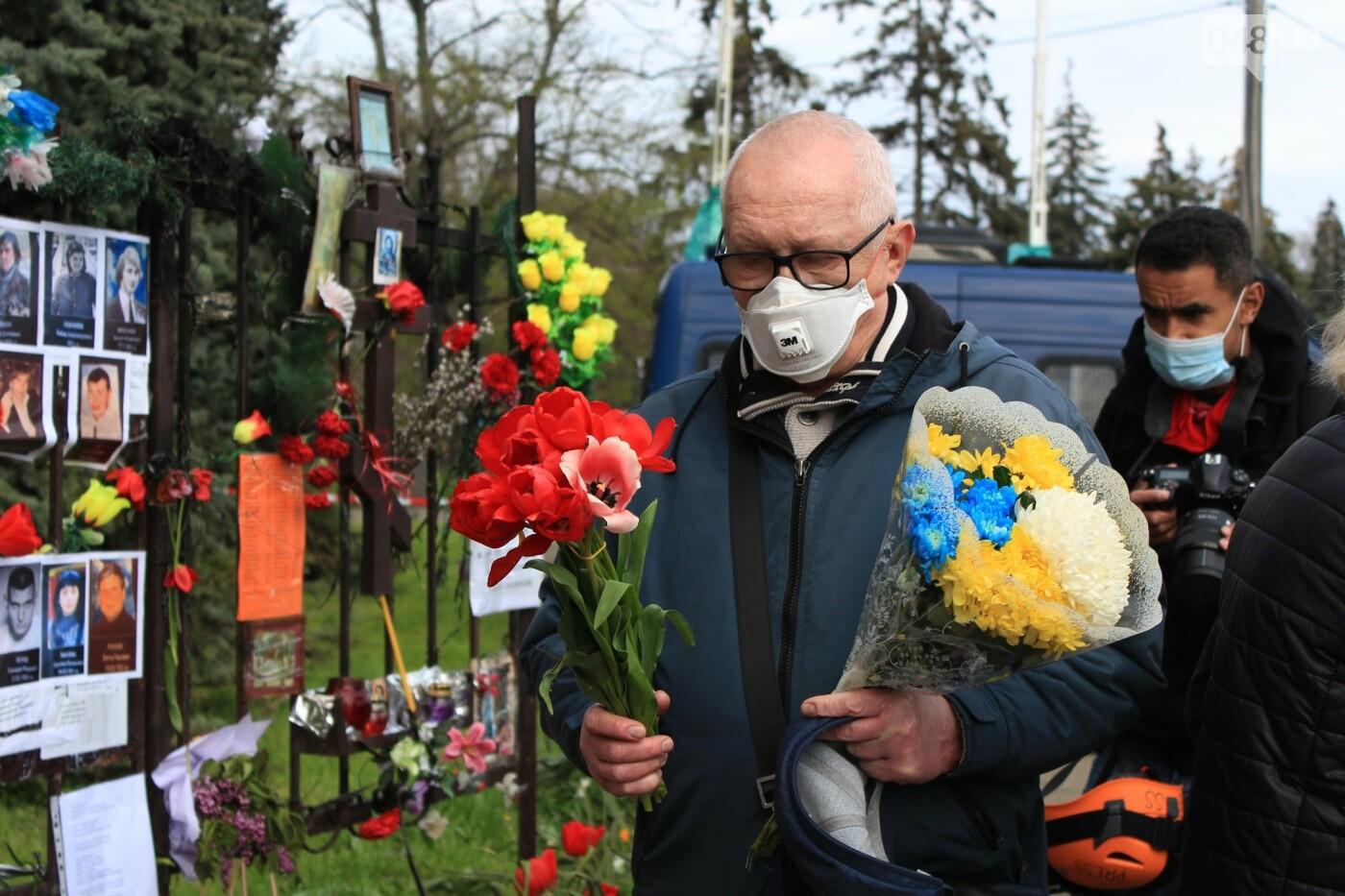 В Одессе к Дому профсоюзов несут цветы под присмотром полиции и медиков, - ФОТО, ВИДЕО , фото-32