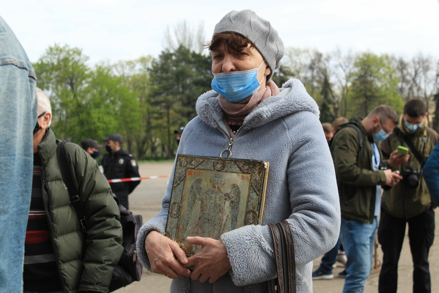 В Одессе к Дому профсоюзов несут цветы под присмотром полиции и медиков, - ФОТО, ВИДЕО , фото-33