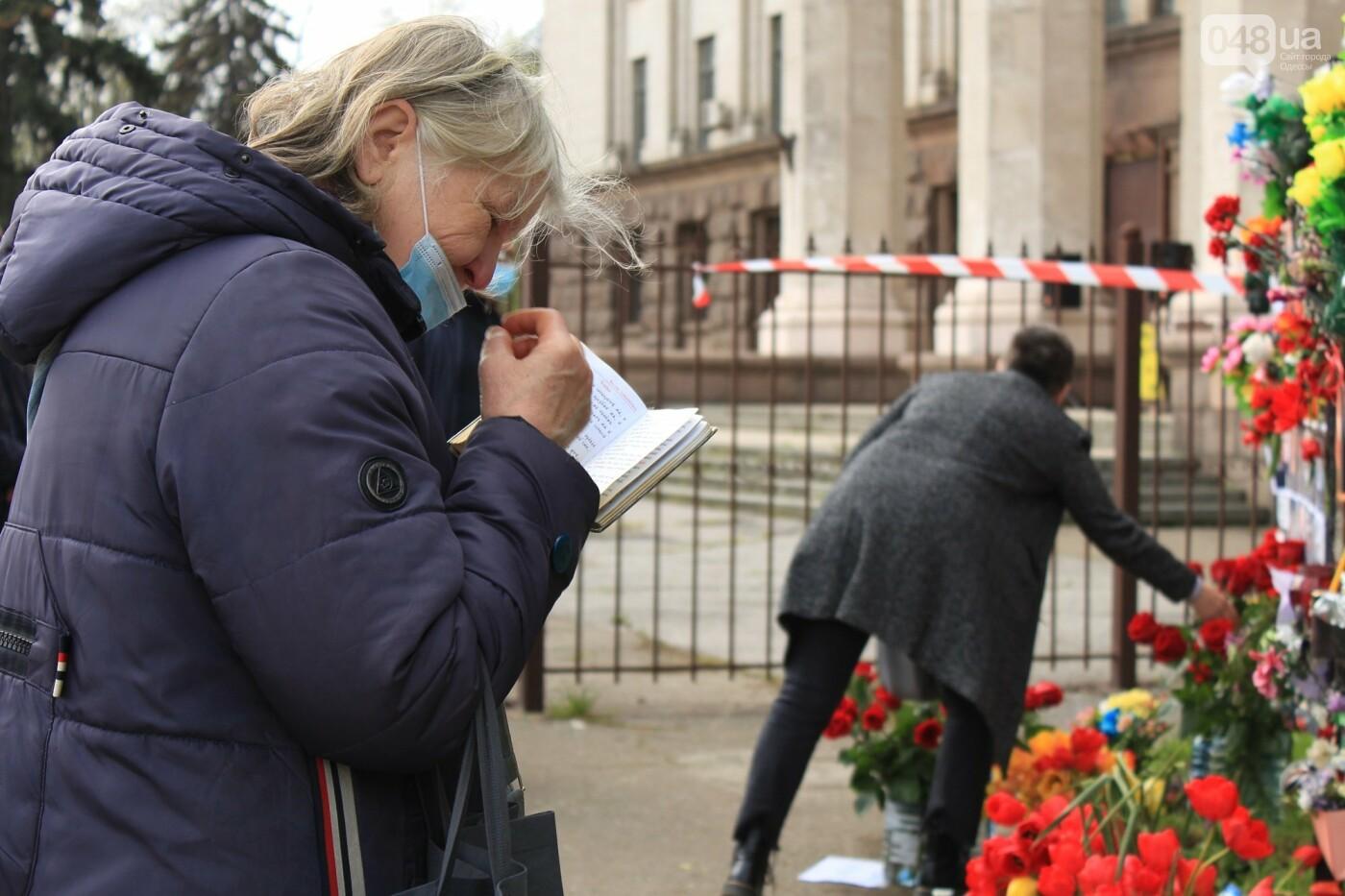 В Одессе к Дому профсоюзов несут цветы под присмотром полиции и медиков, - ФОТО, ВИДЕО , фото-35
