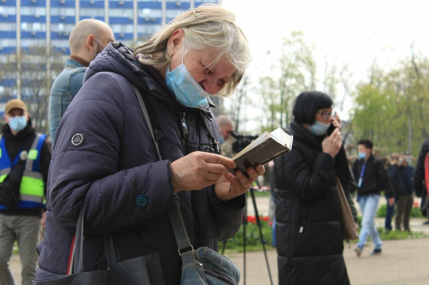 В Одессе к Дому профсоюзов несут цветы под присмотром полиции и медиков, - ФОТО, ВИДЕО , фото-36