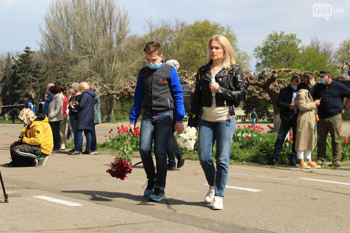 В Одессе к Дому профсоюзов несут цветы под присмотром полиции и медиков, - ФОТО, ВИДЕО , фото-43