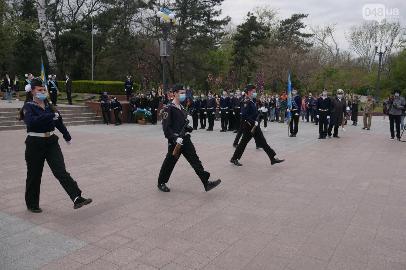 Бантики, гвоздики и маски: как школьники Одессы маршировали ко Дню Победы, - ФОТОРЕПОРТАЖ, фото-14