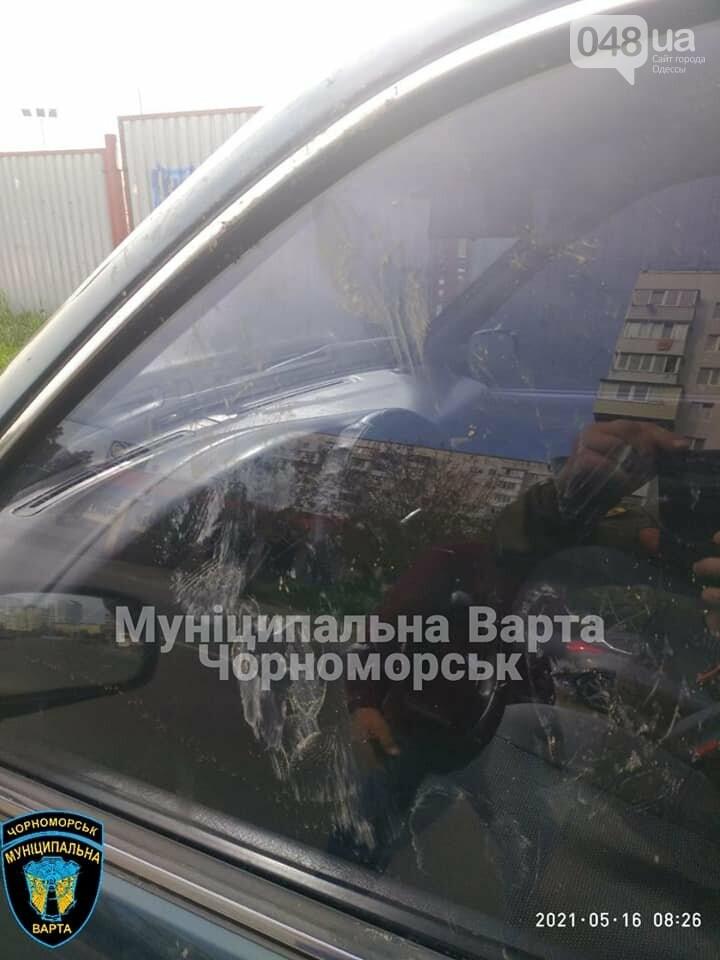 Бегал по машинам и вёл себя агрессивно: в Черноморске задержали парня, - ФОТО, фото-5