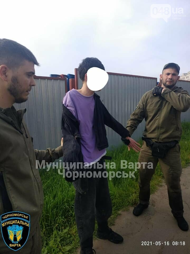 Бегал по машинам и вёл себя агрессивно: в Черноморске задержали парня, - ФОТО, фото-1
