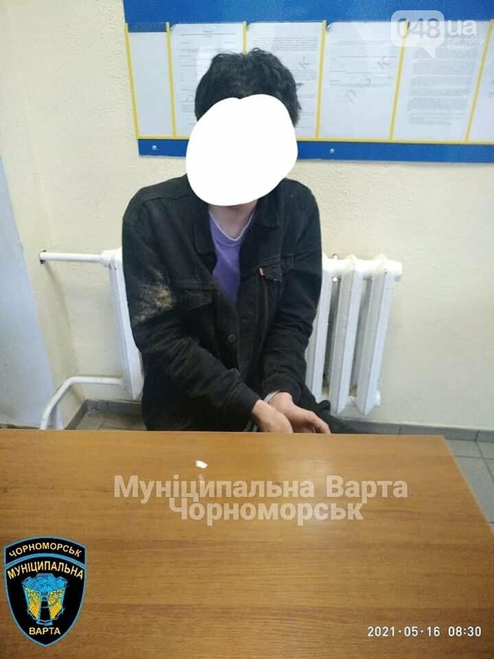 Бегал по машинам и вёл себя агрессивно: в Черноморске задержали парня, - ФОТО, фото-6