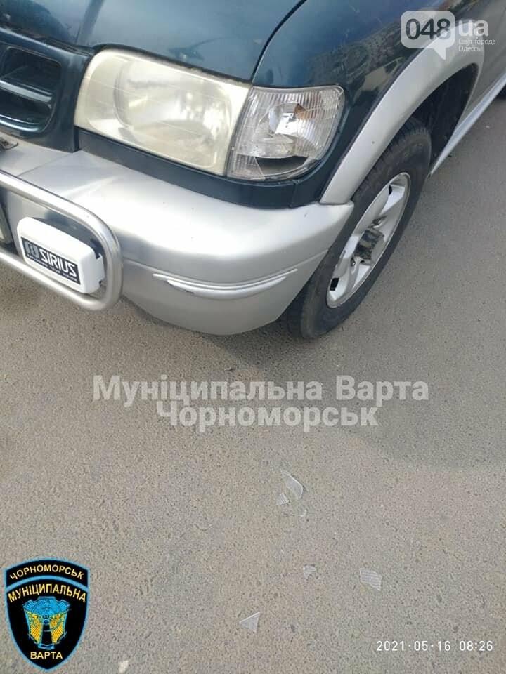 Бегал по машинам и вёл себя агрессивно: в Черноморске задержали парня, - ФОТО, фото-3