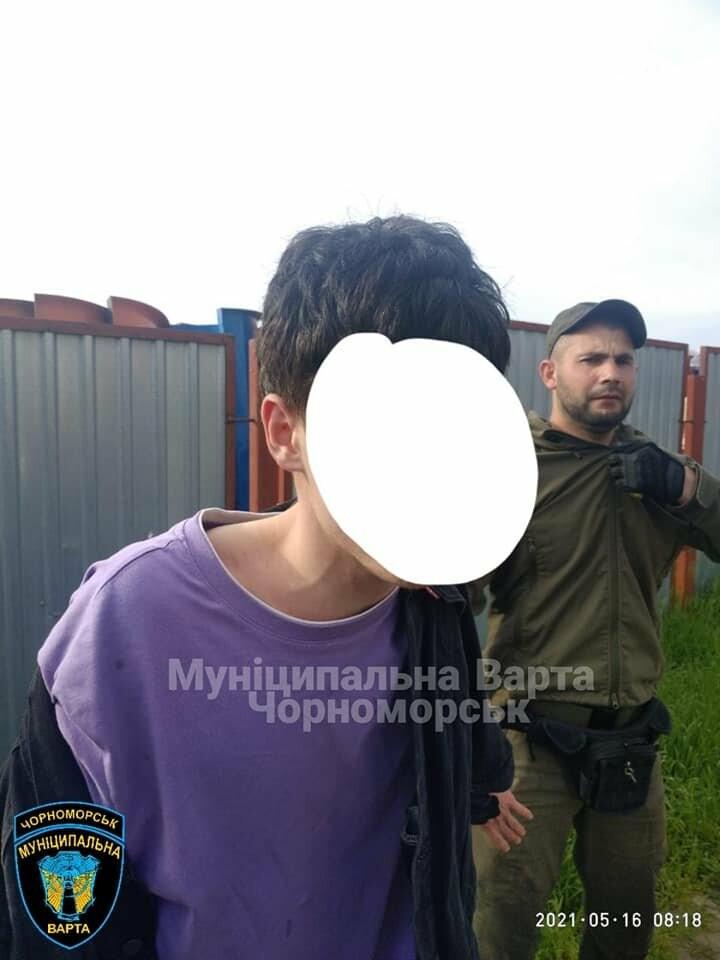 Бегал по машинам и вёл себя агрессивно: в Черноморске задержали парня, - ФОТО, фото-2