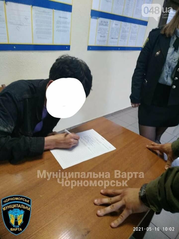 Бегал по машинам и вёл себя агрессивно: в Черноморске задержали парня, - ФОТО, фото-7
