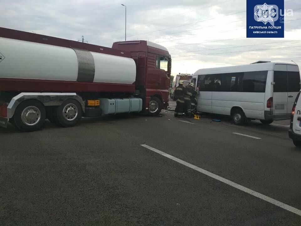 На трассе Киев - Одесса произошло ДТП между маршруткой и грузовиком, - ФОТО, фото-3