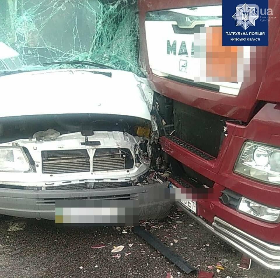 На трассе Киев - Одесса произошло ДТП между маршруткой и грузовиком, - ФОТО, фото-1