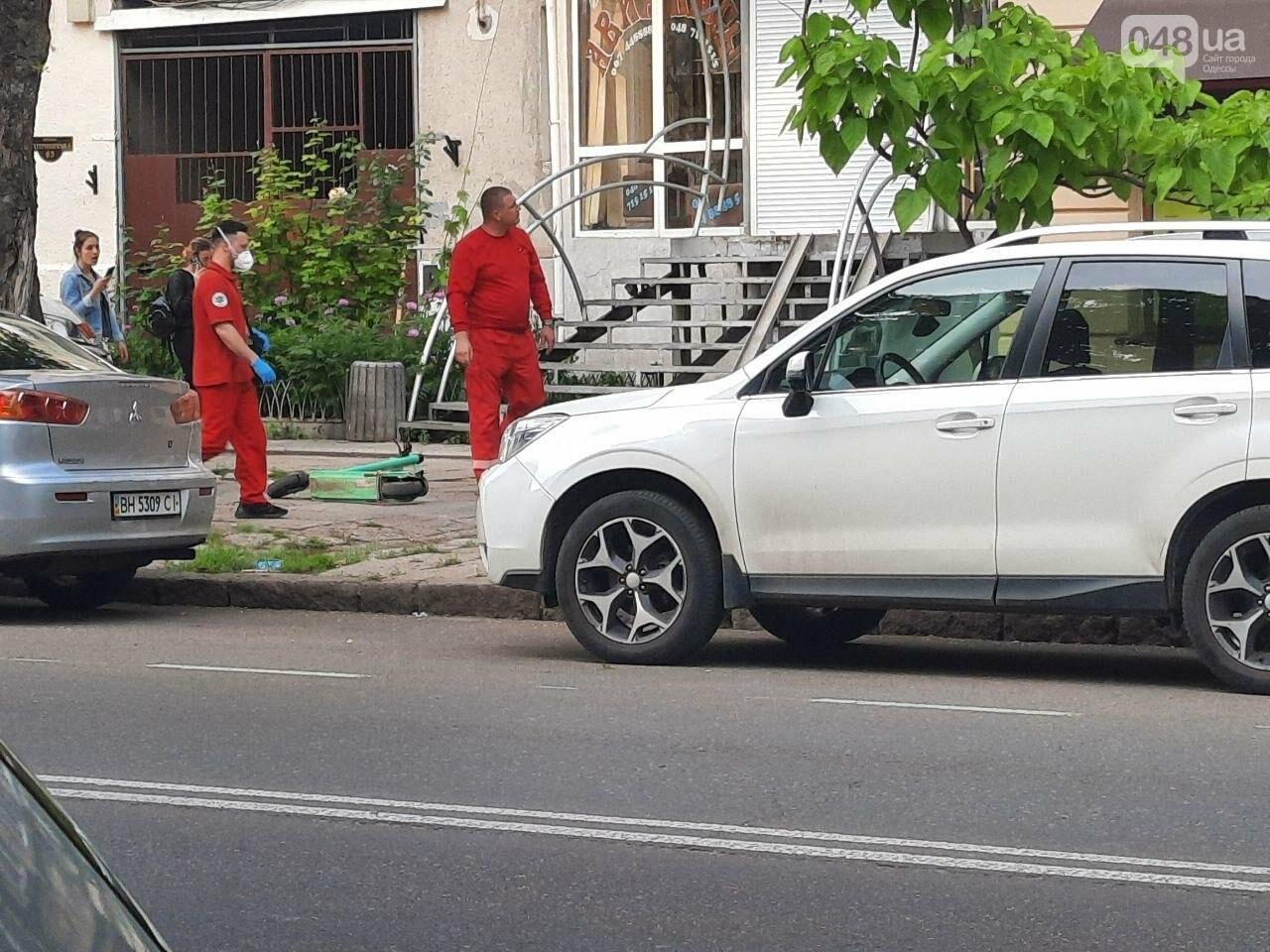 Разбила голову: в центре Одессы девушка упала с электросамоката, - ФОТО, фото-1