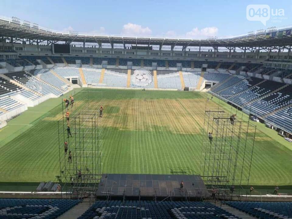 "В Одессе на стадионе ""Черноморец"" пожелтела трава после концерта Монатика,- ФОТО, фото-1"