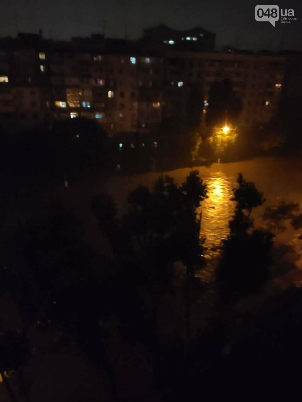 Ливень в Одессе: на ул. Балковской стихия затопила и помяла автомобили,- ФОТО, ВИДЕО, фото-1