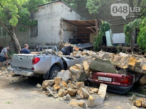 В Одессе из-за ливня обрушилась стена и раздавила автомобили,- ФОТО, фото-1