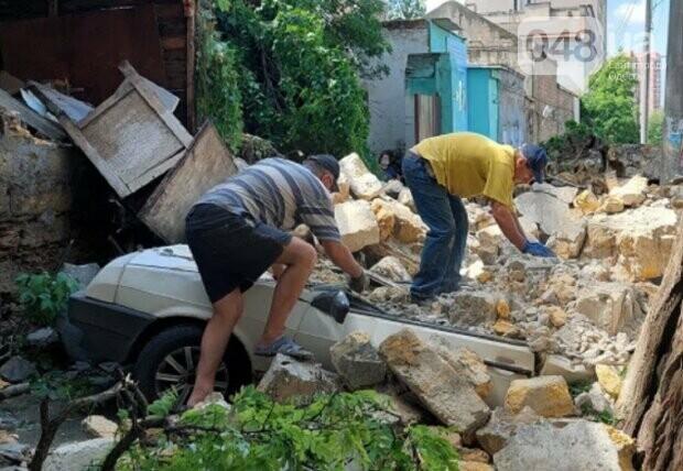 В Одессе из-за ливня обрушилась стена и раздавила автомобили,- ФОТО, фото-2