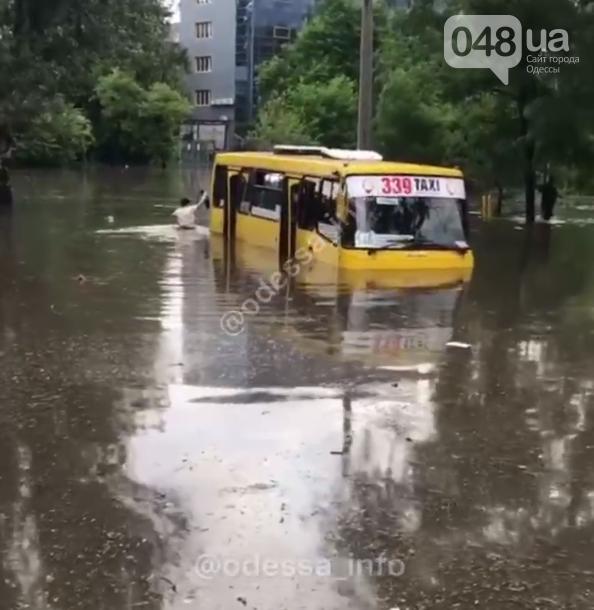 В Одессе после ночного ливня утонула маршрутка с людьми,- ФОТО, ВИДЕО, фото-1