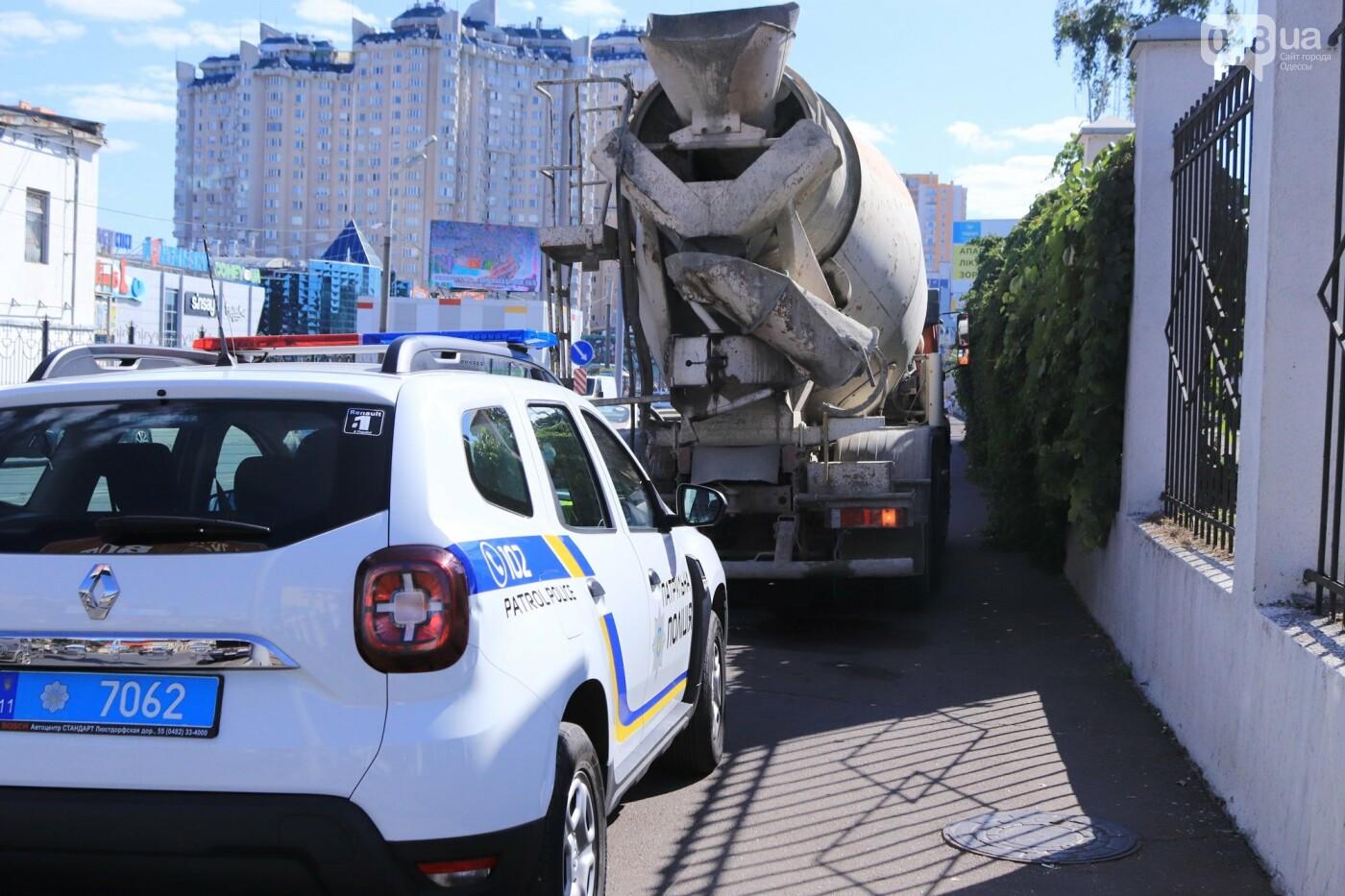 Могли взорваться: в Одессе КАМАЗ протаранил на светофоре легковушку с баллоном газа в багажнике, - ФОТО , фото-1