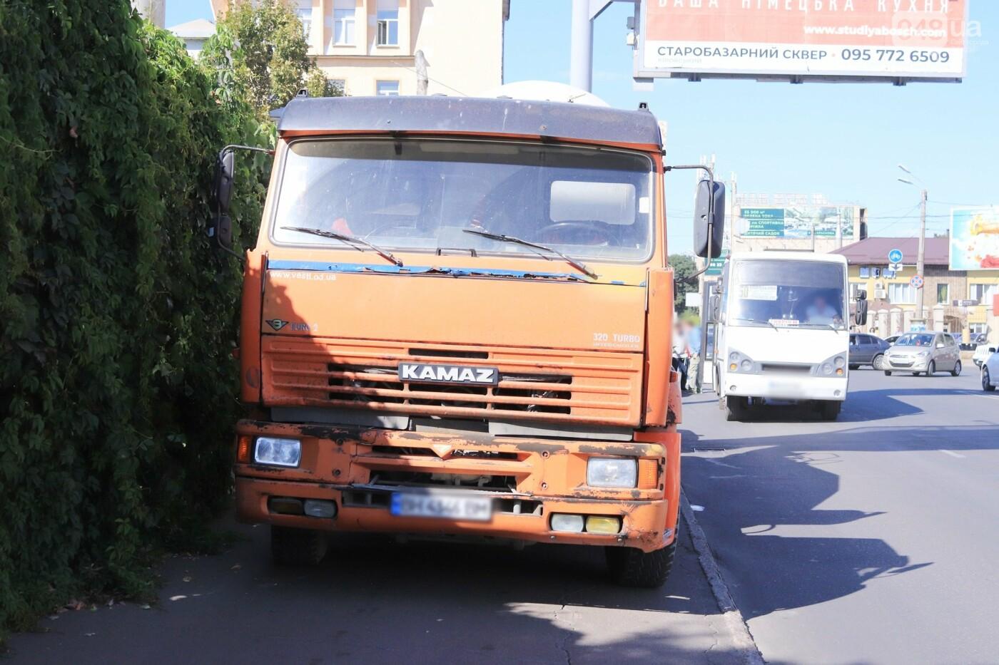Могли взорваться: в Одессе КАМАЗ протаранил на светофоре легковушку с баллоном газа в багажнике, - ФОТО , фото-6