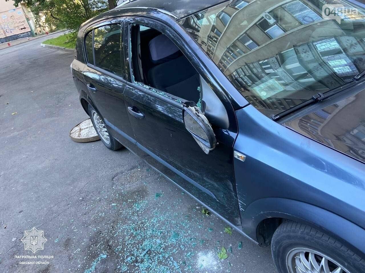 Разбил стекло в автомобиле, ругался матом и бросался на людей: В Одессе патрульные задержали дебошира,- ФОТО, фото-1