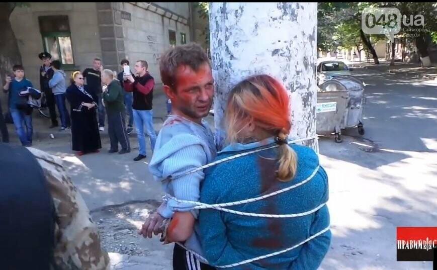 В Одессе наркоторговцев привязали к столбу и выкрасили краской из баллончика (ВИДЕО, ФОТО)