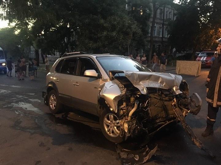 Автобус на боку, люди в больнице: В Одессе произошла жуткая авария (ФОТО, ВИДЕО), фото-1