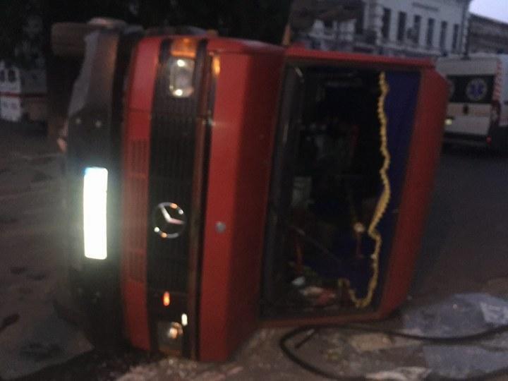 Автобус на боку, люди в больнице: В Одессе произошла жуткая авария (ФОТО, ВИДЕО), фото-2