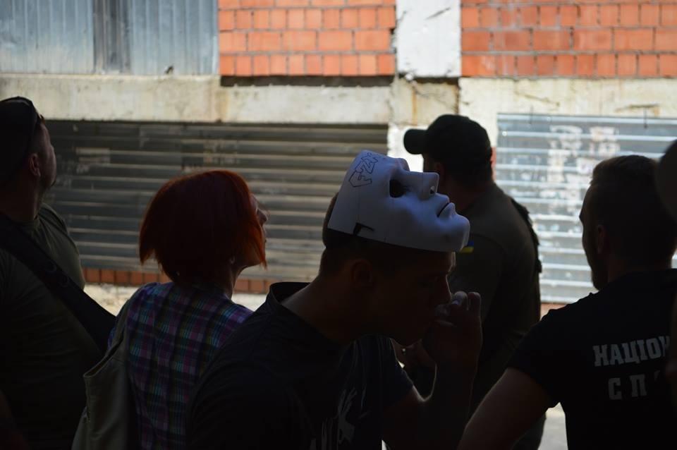 В Одессе парни в балаклавах крушат стройку у дома-стены (ВИДЕО), фото-2