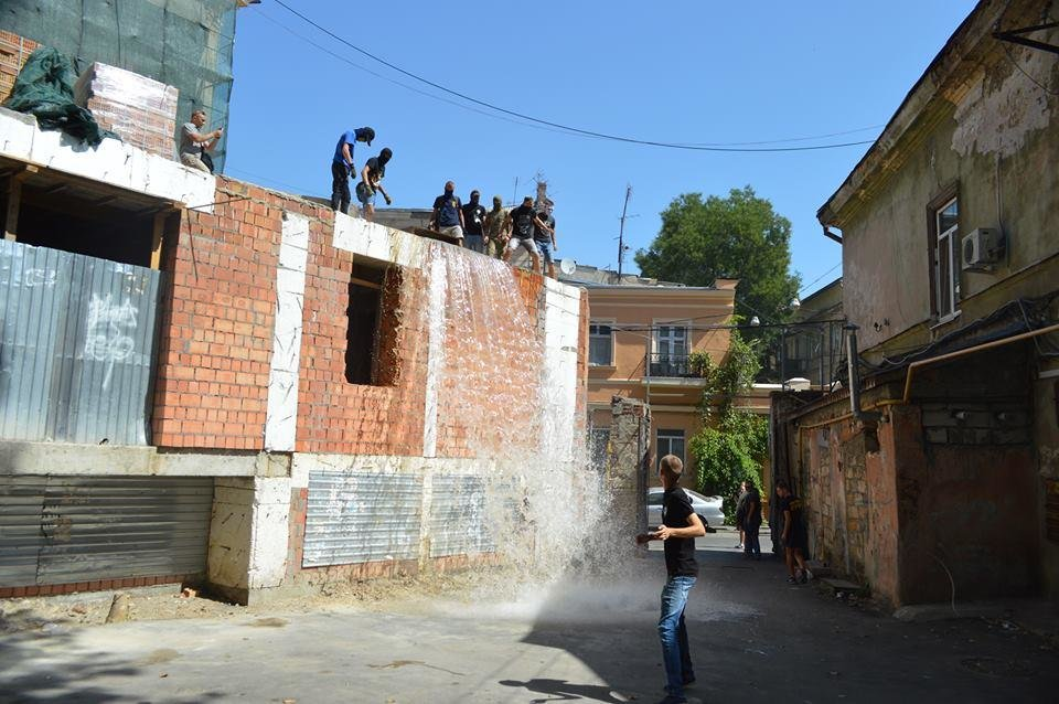 В Одессе парни в балаклавах крушат стройку у дома-стены (ВИДЕО), фото-1