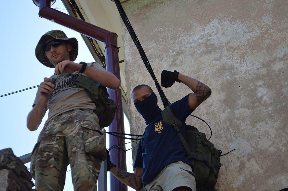 В Одессе парни в балаклавах крушат стройку у дома-стены (ВИДЕО), фото-6