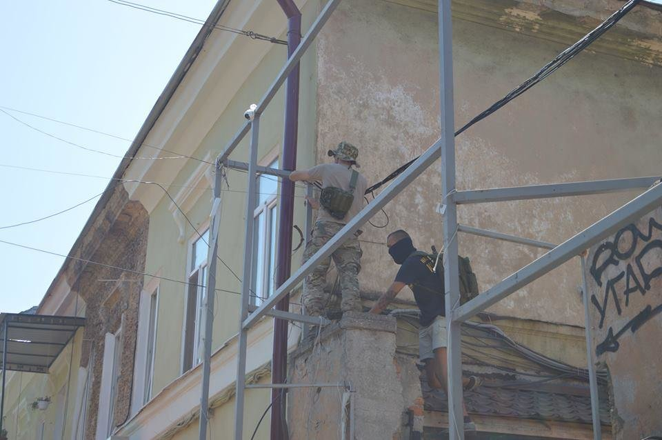 В Одессе парни в балаклавах крушат стройку у дома-стены (ВИДЕО), фото-7