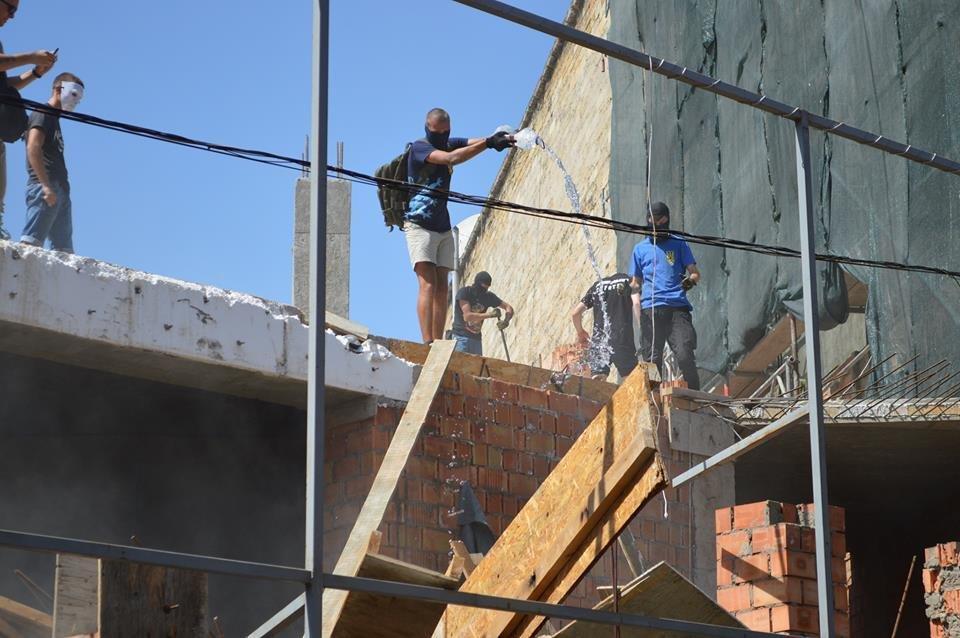 В Одессе парни в балаклавах крушат стройку у дома-стены (ВИДЕО), фото-4