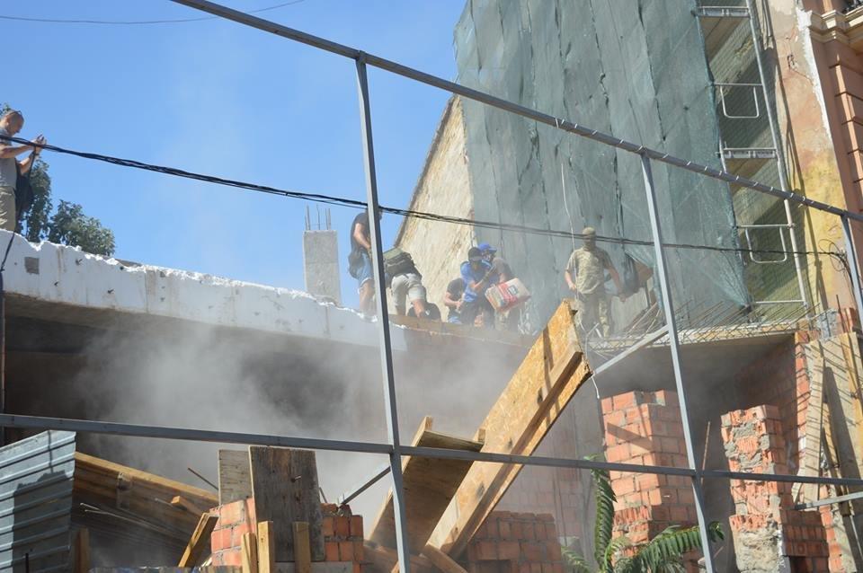 В Одессе парни в балаклавах крушат стройку у дома-стены (ВИДЕО), фото-3