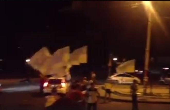 В Одессе ночью рейдеры перекрыли проезд и провоцировали копов (ФОТО), фото-1
