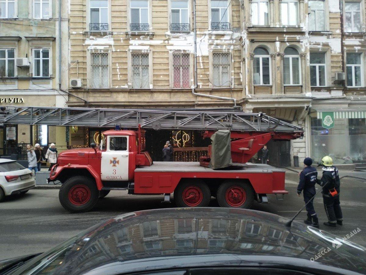 Пожар в центре Одессы: на месте работают спасатели и врачи, - ФОТО, фото-3