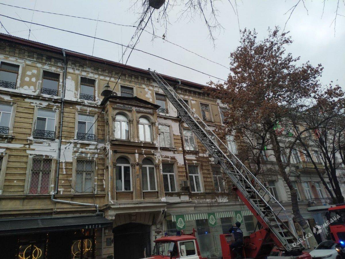 Пожар в центре Одессы: на месте работают спасатели и врачи, - ФОТО, фото-1
