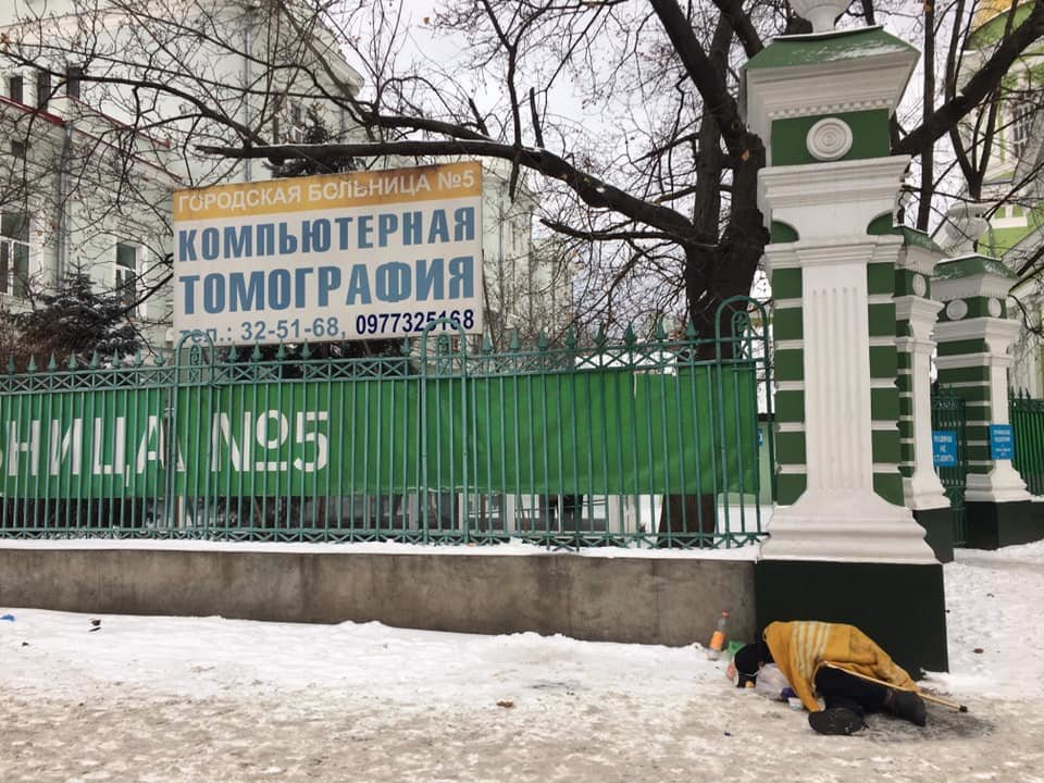 На Рождество в Одессе возле церкви едва до смерти не замерз бездомный, - ФОТО, фото-1