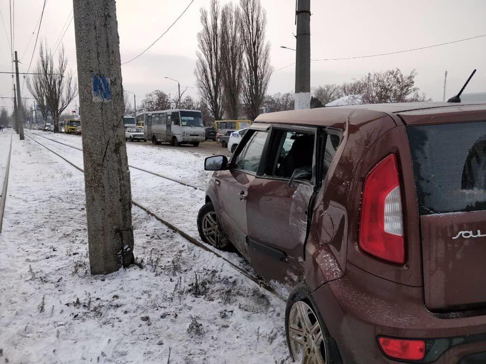 Автомобиль врезался в электроопору в Одессе: пострадал ребенок, - ФОТО, фото-1