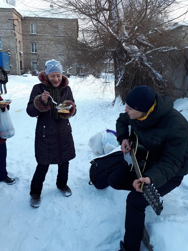 Чай, еда и песни под гитару: в Одессе установили пункт обогрева, - ФОТО, фото-5, Фото: Федор Герасимов