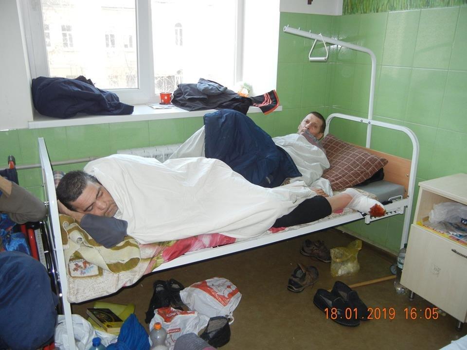 В одесской больнице бездомные лежат по двое в койке или под кроватями, - ФОТО, фото-1