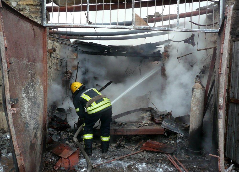 Во время пожара в гараже в Одессе сгорело 5 авто, была угроза взрыва, - ФОТО, фото-1, Фото: ГСЧС